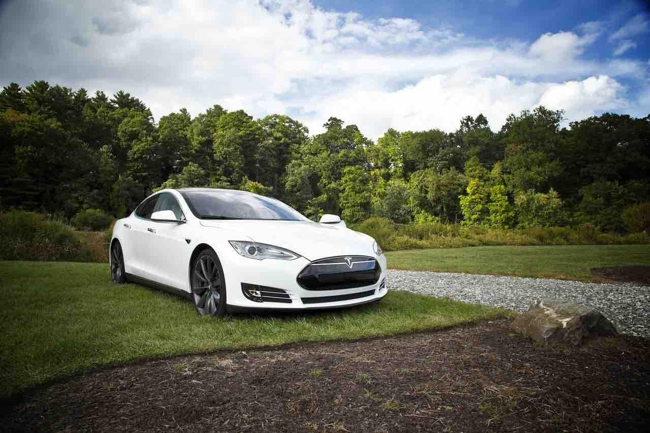 Tesla, la società di Elon Musk abbatte la concorrenza