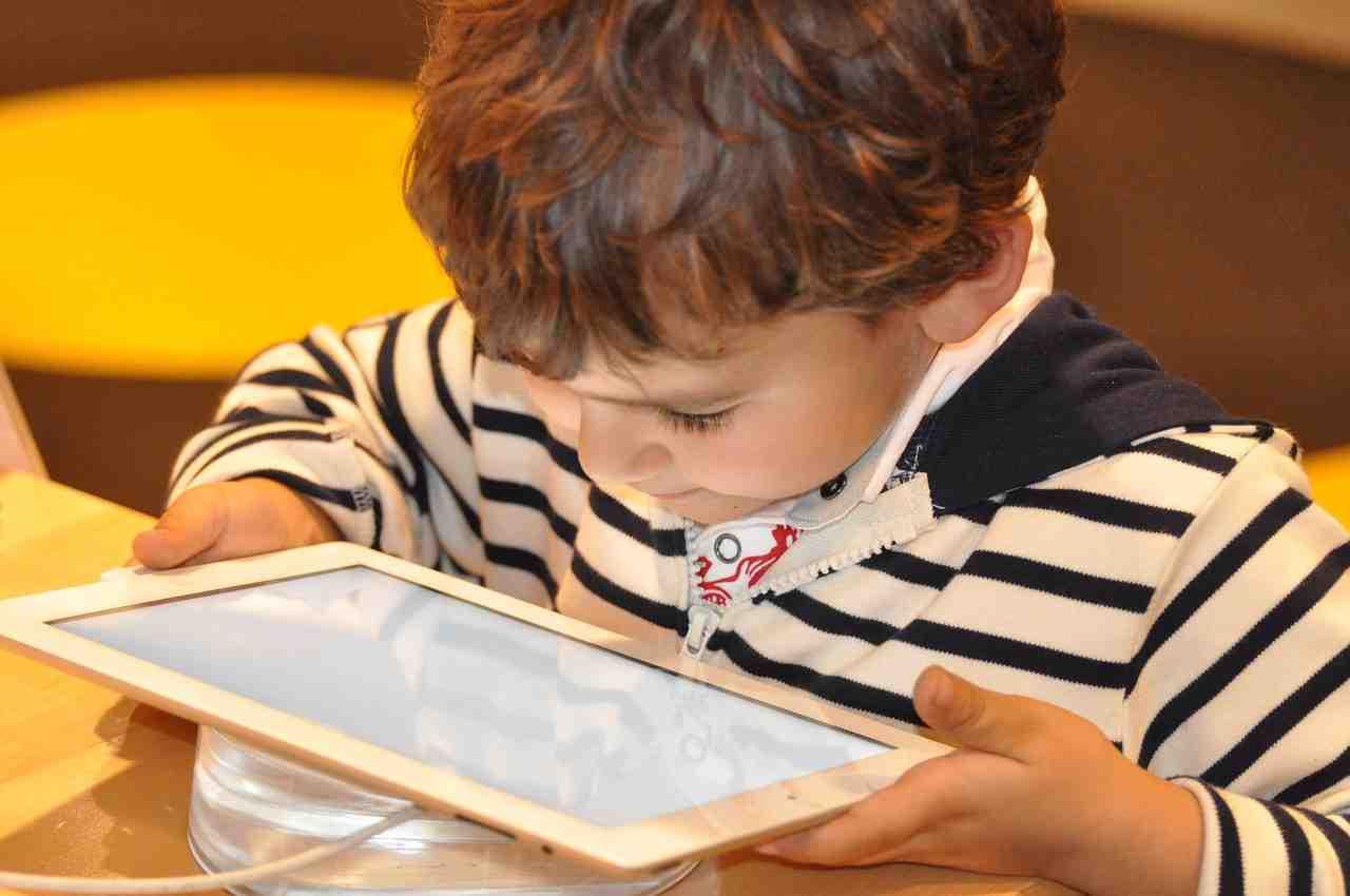 Bambini e pubblicità in Rete, arriva un nuovo Regolamento