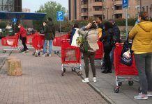 persone in fila al supermercato