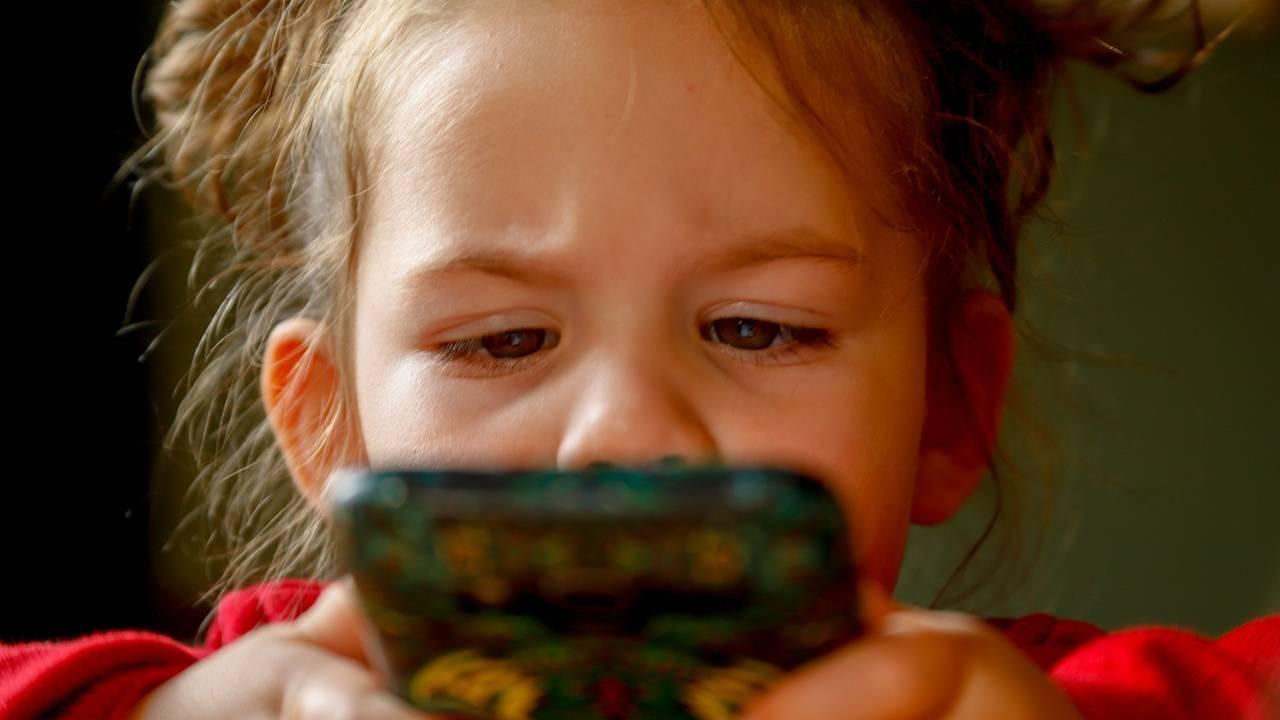 Bambini usano troppo lo smartphone? Potrebbero arrivare le multe
