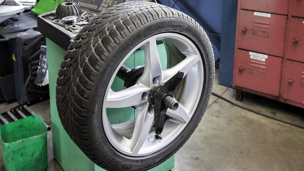 Cambio pneumatici invernati, chi non lo fa adesso rischia grosso