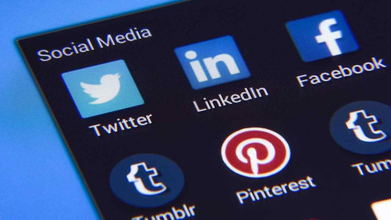 Chiedeva foto e video hard a minori su Facebook arrestato
