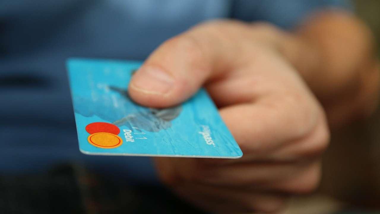 Carte di credito e bancomat troppo costosi, l'allarme Consumerismo No profit